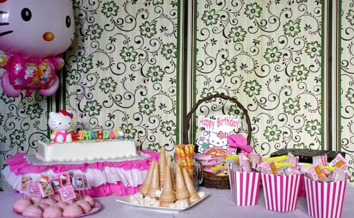 hello-kitty-surprise-dessert-table
